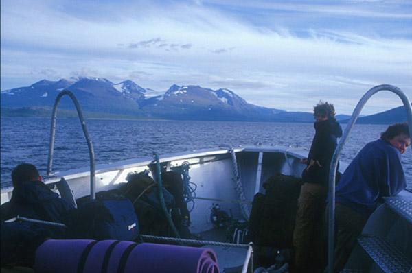 Sarek 2002: Bootsfahrt ab Ritsem mit Blick aufs Akka-Massiv