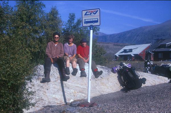 Sarek 2002. Warten auf den Bus in Suorva.