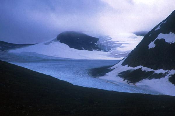 Sarek 2002. Nebelverhangener Gletscher im Ruotesvagge.