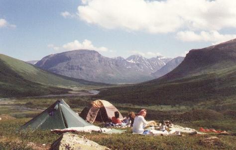 Sarek 1988. Sonniges Lager mit Blick auf den Laddepakte.